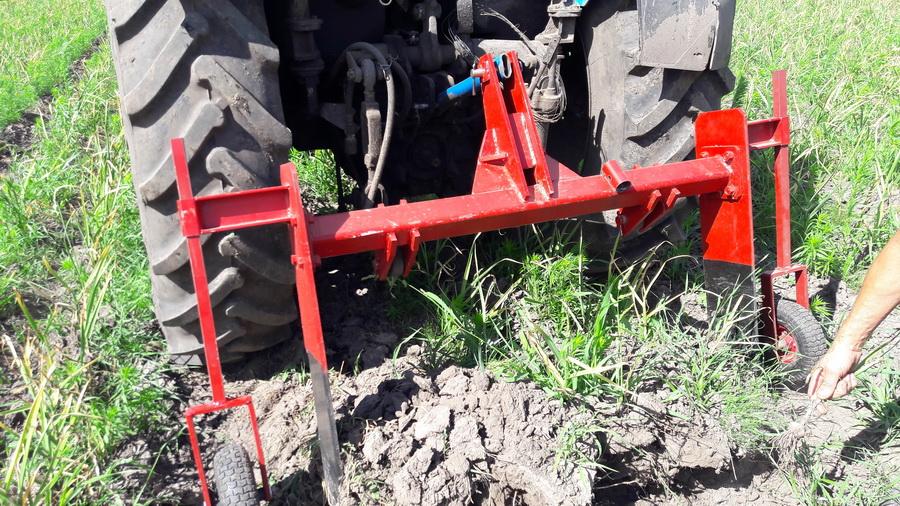 Техника для уборки чеснока - скоба навесная. Идет уборка урожая чеснока на поле компании УкрАП