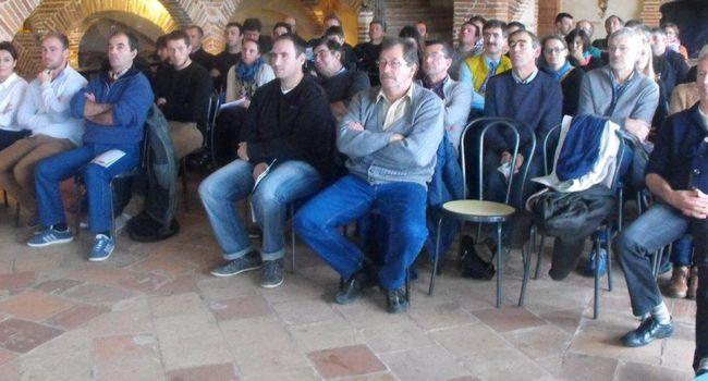 несколько человек на собрании фермеров - участников французского кооператива производителей чеснока